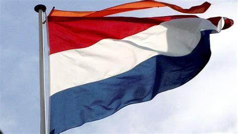 Met vlag enwimpel.